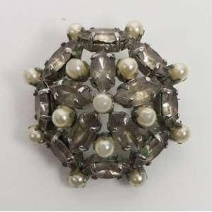 Broche executado em prata , crisólitas e micro Pérolas , 3,4 cm de diâmetro . Brasil Séc. XVIIIXIX.
