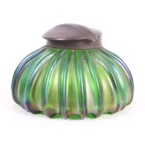 Tinteiro em vidro iridescente a maneira de Loetz - 6 cm alt, 10 cm diâm.Europa Sec XIX/XX.