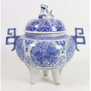 Incensário de cerâmica decorada - padrão azul e branco, detalhe em uma alça - China Séc. XX - 28 cm alt, (tampa com restauro) 19 cm diâm.