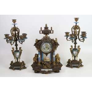 Elegante garniture de bronze dourado e ornamentado por porcelana esmaltada da manufatura de Servres -França Sec XIX. Relógio 43 x 28 x 14 cm . Candelabro 48 cm alt. (no estado)