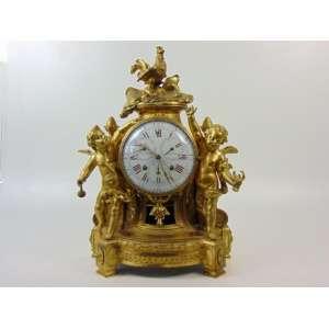 JEAN LOUIS BOUCHET - 1737 - 1792- Importante relógio de fino bronze Ormolu mostrador em porcelana esmaltada , maquinário de alta complicação com medições para dia do mês, tempo do mês , dia da semana e horas - 58 cm de alt, 40 x 20 cm. BOUCHET , que foi nomeado Horloger du Roi em virtude do fornecimento do Garde-Meuble, era conhecido pela complexidade e finesse de seus relógios e foi um dos primeiros a criar relógios de esqueleto. Ele forneceu uma série de peças complexas para Louis XV, uma das quais com indicações astronômicas foi descrita como um relógio composto de diferentes movimentos redondos em uma caixa de cristal, para que as diferentes molas possam ser vistas. Foi entregue em 1776 ao Château de Bellevue, onde Bouchet recebeu a responsabilidade de manter todos os relógios na coleção real. Em 1768, ele forneceu movimentos miniaturizados com indicações astronômicas para um relógio de marfim que havia sido transformado por M. de Fontanieu pelo rei. Bouchet também é conhecido por ter feito outro relógio com seis mostradores e três círculos giratórios entre 1779 e 81. Além disso, ele criou peças clássicas das quais quatro foram fornecidas ao Garde-Meuble.