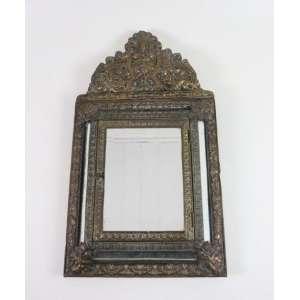 Espelho em metal repuxado e madeira , porta frontal com compartimento usado para armazenamento de chaves. Europa Sec XIX. 60 x 34 cm.