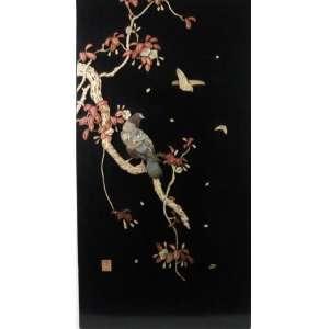 Quadro representando galhos de árvore - aves com aplicação de pedra dura - sobre placa de madeira - com assinatura Oriental ao lado esquerdo inferior - 91,5 x 48 cm.