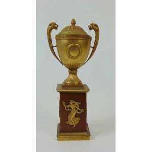 Pequena ânfora em metal dourado com base de madeira - 21 cm de alt.