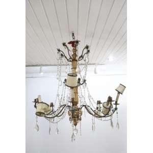 Elegante lustre em madeira lavrada e dourada braços em ferro dourado e detalhes em cristal . Itália Sec XVIII/XIX. 105 cm alt, 95 cm diam.(No estado)