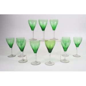 Jogo de copos de pés altos em delicado trabalho São Luis sobre verde , composto por 8 peças. França Sec XIX/XX.