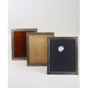 Lote com três porta retratos de prata de lei - 35 x 29 cm cada.