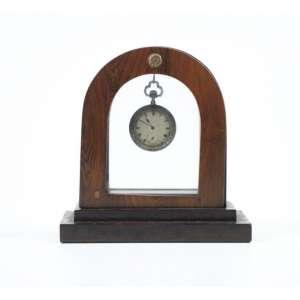 Relógio de bolso - Comemorativo ao Centenário da Independencia sete de Setembro 1822 - 1922 com base para descanso em madeira. Ainda na parte da chave a descrição fico e no verso - Fico Inpendência ou morte. Base p/descanso - 20,5 cm alt. 20 cm larg. 09 cm compr. (Falta a lente) Medidas do relogio 7,5 cm alt. 5 cm diâm.