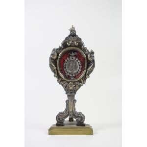Relicário em metal e madeira interior com medalhão em prata de lei representando Nossa Senhora . Itália Sec XVIII/XIX. 37 cm alt.