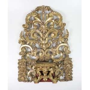 Peanha de madeira lavrada e dourada ricamente trabalhada. Sul Americana Sec XIX. 71 x 47 cm.