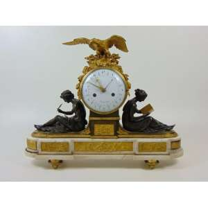 LAURENT RIDEL -1789-1800 Importante relógio de bronze e mármore com mostrador em porcelana, maquinário da manufatura Ridel a Paris, dupla função , (vidro da caixa traseira avariado e falta uma peça em bronze no formato de livro em uma das mãos - 50 cm de alt,63 de comp e 17 de prof.Ridel trabalhou em Paris de 1789 a 1800. Ridel também pertenceu ao topo do seu comércio e só trabalhou com casos da mais alta qualidade fabricados pela Lemoyne, Feuchères, Denière, Mathelin e Deverberie. O esmalte geralmente veio de Coteau, como neste relógio. Pouco se sabe da vida de Ridel antes da Revolução. J-D Augarde, no entanto, menciona um relógio de cartel feito para Mesdames Victoire e Adelaïde para o castelo Bellevue em 1789.