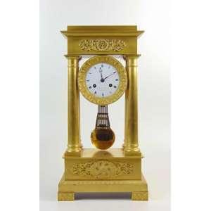 Relógio império de bronze Ormolu, mostrador de porcelana (no estado) manufatura Siroval Jeunne caixa traseira adaptada a plástico - 47 cm de alt, 24 de comp e 12 de prof.