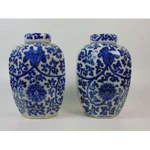 Par de potiches de porcelana esmaltada decoração Blue and White - China Séc. XX, (1 deles com restauro) - 37 cm de alt e 22 de diâm.