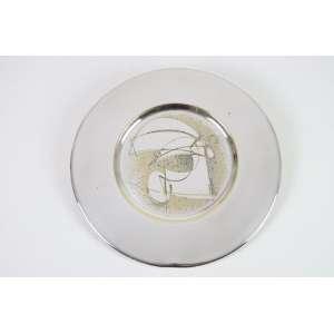 DANILO DI PRETE - desenho gravado sobre prato de metal prateado Cristofle - assinado - 31 cm diâm - apresenta prateado gasto e pequeno amassado na borda.