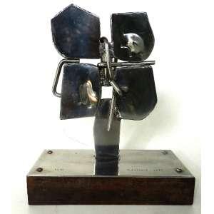 Vlavianos - escultura em aço polido e base de madeira - assinada - 5/10 - 1975 - 32x26x10 cm.
