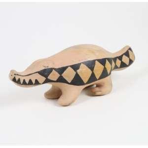 Arte Índigena - Jacaré - cerâmica e pigmento natural - Etnia Waurá - Alto Xingu - 9x8x32 cm.