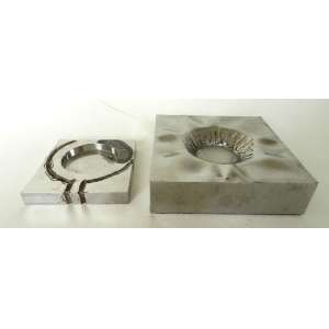 Vlavianos - Lote com duas peças em aço polido - assinadas e datadas 1973 (13x13x2 cm) e 1982 (18x18x5cm) respectivamente.