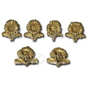 Conjunto de seis pequenos fragmentos de talha de madeira, com douração; formato de flores. 14 x 13 cm de altura. Brasil, séc. XVIII / XIX.