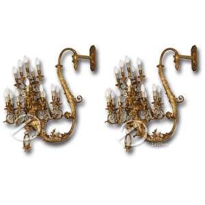 Par de candelabros de parede com estrutura de madeira dourada em forma de S para dezesseis lâmpadas cada um; pertenceu ao Palácio Barberini, em Roma; 85 cm de largura por 90 cm de altura. Itália, sec. XVIII. Necessitando pequenos restauros.