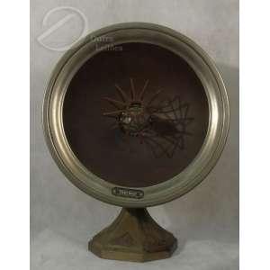 Aquecedor adaptado para luminária de mesa, de metal fundido; na cúpula marca de fabricante Thermor e de origem: Made in France - Orleans; 45 cm de altura. Franca, séc. XX.<br>