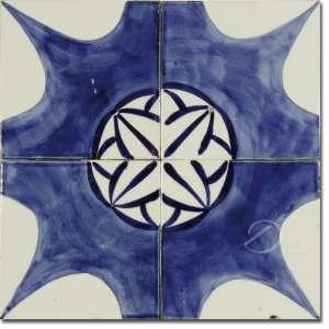 Painel composto por quatro azulejos brancos decorados com estrela de oito pontas e elementos florais, em tons de azul; fixados em placa; 30 de lado. <br>Apresenta quebrado embaixo à direita.<br>