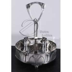 Porta copos de metal prateado; circular, decorado com folhas e vazados; haste central para transporte; sobre três pés triangulares.