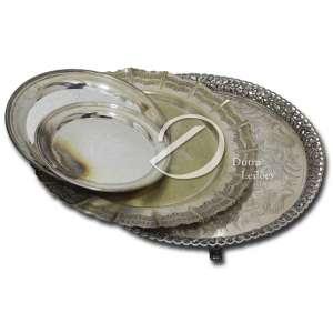 Conjunto de quatro bandejas circulares de metal prateado; 47 cm a maior e 25 a menor. Séc. XX.