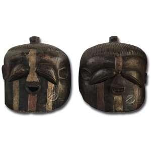 Máscaras de madeira com olhos estilizados no formato de grão de café; 42 cm de altura. República Democrática do Congo.