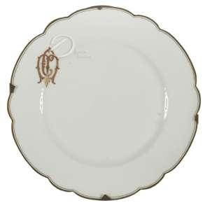 Prato de porcelana; aba lobulada delimitada por filetes dourados; apresentando monograma CM em dourado, não identificado; 24 cm de diâmetro. França, séc. XIX.
