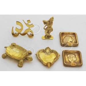 Lote composto por 5 itens de bronze dourado, sedo:<br>- 1 par de cinzeiros, 1 com efígie de Herise e outro de Teje; 6,3 x 6,3 cm.<br>- Cinzeiro no formato de coração; 8 x 8 cm.<br>- Cinzeiro no formato de tartaruga; 11,3 x 7,5 cm.<br>- Escultura representando indiana tocando flauta; 9,3 cm de altura.<br>- Ideograma OM, aplique para parede; 8 x 6,5 cm.