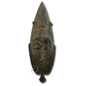 Máscara étnica africana, de madeira; 48 cm altura. Acompanha base de metal.