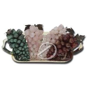 Conjunto de quatro cachos de uvas de pedras brasileiras com folhas de metal dourado. Acompanha bandeja de metal prateado com; 41 cm de alça a alça. Séc. XX.