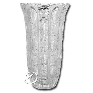 Floreiro de cristal lapidado, corpo bojudo, borda recortada; 33cm de altura, Tchecoslováquia, séc. XX. Dois insignificantes bicados na borda e um na base.