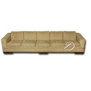 Sofá brasileiro, para cinco lugares, acolchoado e revestido de tecido; 350 X 93 X 70 cm de altura.