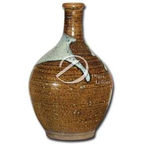 Tokkury. Vaso de cerâmica esmaltada, corpo bojudo, pescoço médio, 23,5 cm de altura. Japão, séc. XIX. Recipiente para armazenar sake.