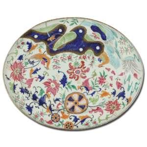 Travessa de porcelana Cia. das Índias, decoração policromada pseudo folha de tabaco; com flores e folhas na policromia rouge-de-fer, rosa, azul, verde e dourado; 29,5 x 37 cm. China, séc. XVIII.