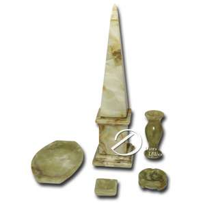 Conjunto de cinco peças de ônix, sendo: pequeno vaso, bandeja retangular, dois cinzeiros e obelisco com 50 cm de altura. Brasil, séc. XX.