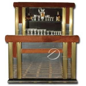 Bar com balcão de madeira; tampo retangular, laterais de courvin e espelhos, plano e armários com portas articulada com pequena geladeira, estante de madeira com prateleiras de vidro e fundo espelhado. O todo sobre patamar de madeira; balcão 166 x 70 x 115 cm de altura; estante 116 x 28 e 198 cm de altura.