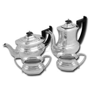 Aparelho para chá e café de metal, espessuarado de prata, composto de bule para café de 22 cm de altura, bule para chá, cremeira e açucareiro; alças e puxadores dos bules de madeira. Brasil, séc. XX.
