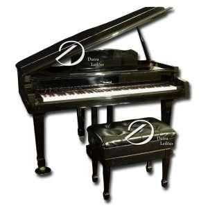 Piano eletrônico ¼ de cauda; corpo ebanizado, teclado sintético, apoiado sobre três pés, marca Roland Digital H P 7700; 150 x 91 x 92 cm de altura. Séc. XX. Acompanha banqueta.