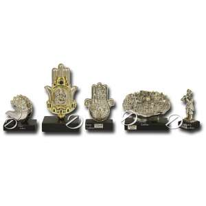 H. Karshi - Conjunto de cinco esculturas israelenses de material recoberto de prata representando, 2 Hansah, 2 Jerusalém e flautista; sobre base sintética; altura variando de 9 a 18 cm de altura.