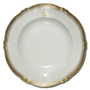 Prato fundo de porcelana; aba delimitada por friso dourado em relevo; apresentando monograma LF, não identificado; no reverso marca de T. Haviland; 24 cm de diâmetro. França, séc. XX.