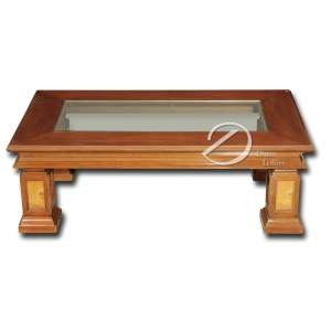 Mesas brasileiras, de centro e lateral, de madeira, plano de vidro; 120 x 71 e 48 cm de altura e 70 cm de lados e 55 cm de altura, respectivamente.