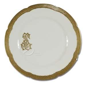 Prato de porcelana; aba com largo friso dourado em relevo; na lateral da caldeira monograma JG em dourado; pertencente a Jorge Guinle; no reverso marca WE & F. P.; 24,5 cm de diâmetro. França, séc. XX.