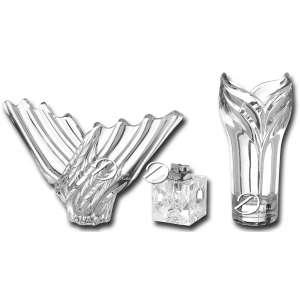 Conjunto de três peças de cristal sendo: um centro de mesa francês no formato de onda alada marcado na base Art Vannes, 40 x 20 cm de altura; vaso cilíndrico com boca no formato de tulipa, 27,5 cm de altura e cubo de cristal quadrado, com isqueiro a gás, de 7 cm de lados. Vaso apresenta pequeno bicado na borda