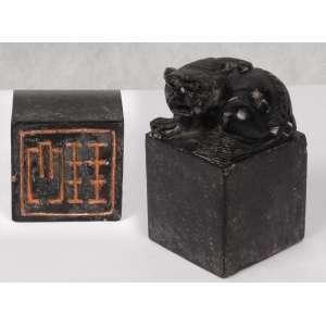 Sinete de pedra; base quadrada, encimada por escultura de animal mitológico; lacre na parte inferior da base; 9 cm de altura, total. China, séc. XIX.