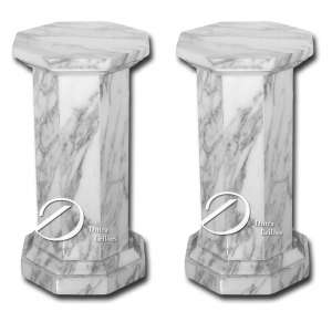 Par de colunas brasileiras, de mármore polido, com haste, plano e base octogonais; 50 cm de altura.