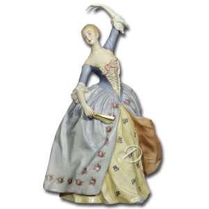 Escultura de porcelana policromada, representando dama da corte com leque e braço erguido, na base marca Ginori; 24 cm de altura. Itália, séc. XIX.