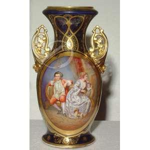 Vaso de porcelana com cena de arrufo policromada; bojo azul-da-prússia decorado com figurações douradas; boca de 15 cm de diâmetro; 46 cm de altura. Europa, séc. XIX.