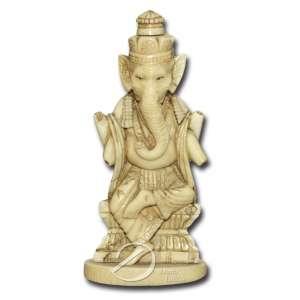 Deus Ganesha de marfim; sem os atributos; 11 cm de altura. Índia, séc. XX.